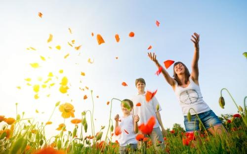 Happy-People-in-the-Poppy-Field-1680x1050-wide-wallpapers.net